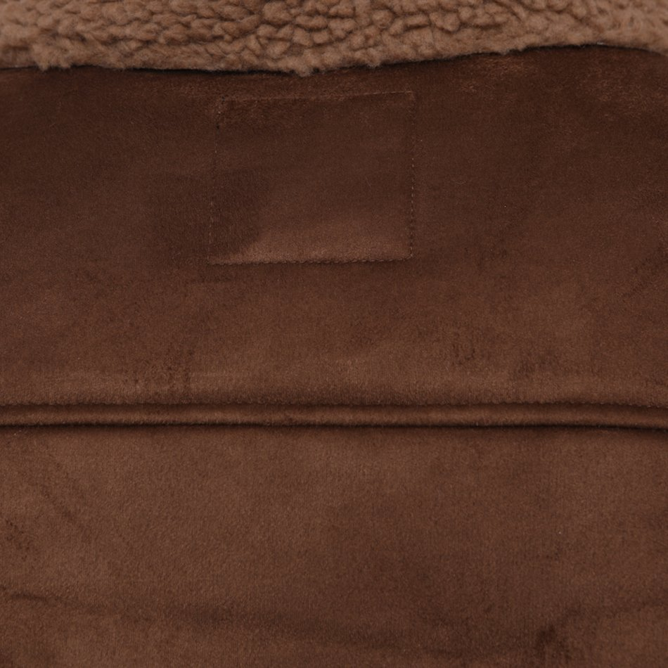 This image focuses on the collar of the jacket.